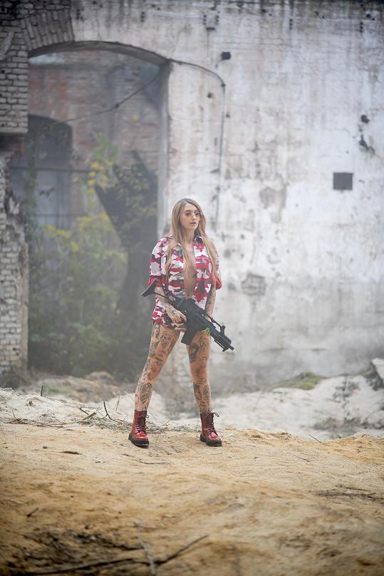 Sexy vojačka v akci
