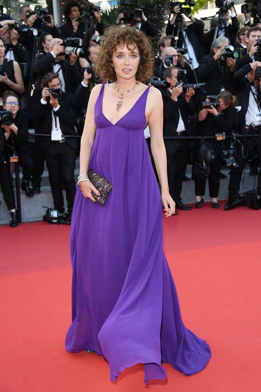 Valeria Golinozvolila dlouhé fialové šaty Pradazhedvábného žoržetu shlubokým výstřihem.Přímořský vánek si efektně pohrával s maxi dlouhou sukní z příslušně zvoleného lehounkého materiálu.