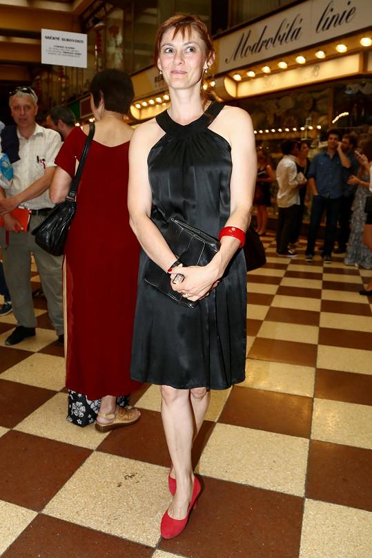 Klára Pollertová-Trojanová je názorným příkladem toho, jak se nevyplácí vynechat před důležitým večerem návštěvu kadeřníka. Navíc tuctové malé černé se jí nepodařilo rozzářit červenými doplňky. Člověk má chuť jí dát pět korun.