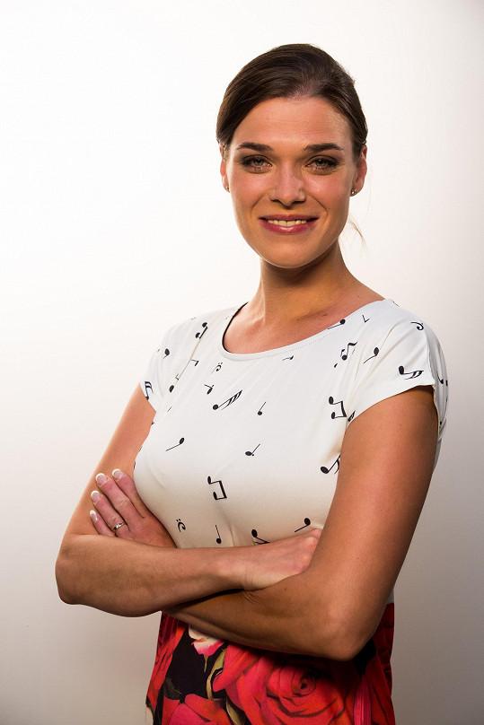 Irena na propagačním snímku k seriálu Ohnivý kuře.