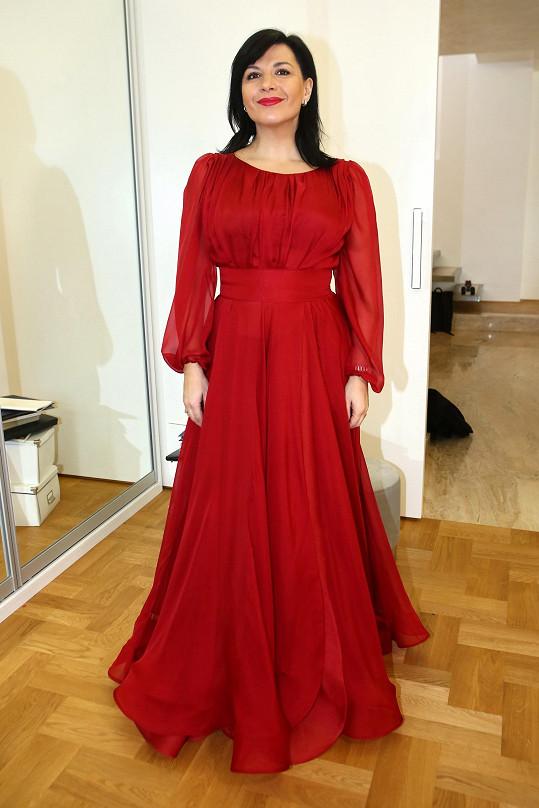 Šaty si většinou nechává šít na míru. My jsme ji potkali na zkoušce šatů, které obleče 1. února na Český ples.