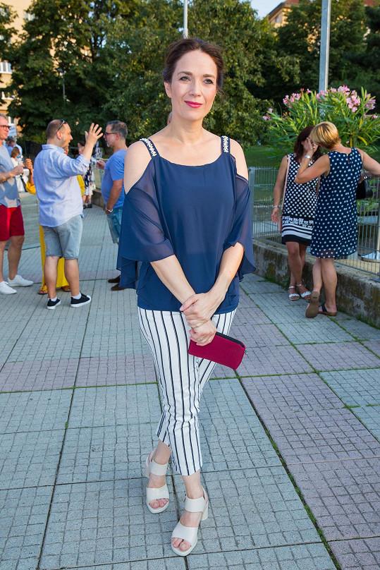 Tereza Kostková v letní scéně Kalichu také hraje.