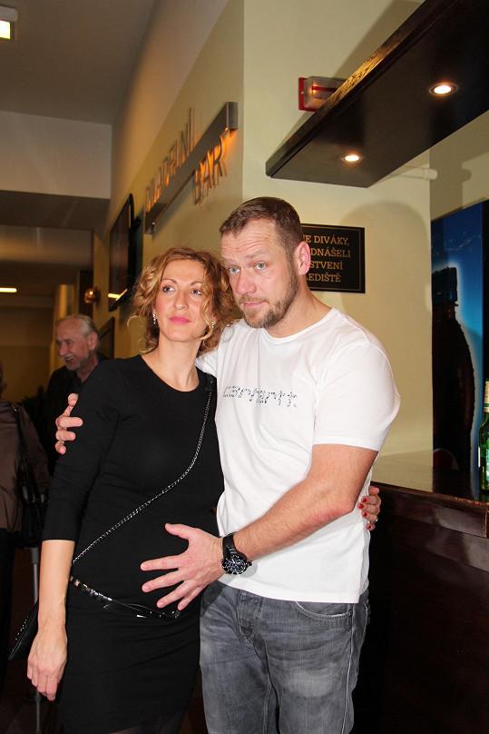 Filip Blažek s manželkou Jolanou už mají holčičku, teď čekají druhé společné dítě.