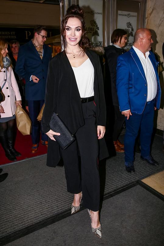 Stejně jako přítomní pánové, i zpěvačka Kamila Nývltová tentokrát vyrazila v obleku, který doplnila bílou halenkou.