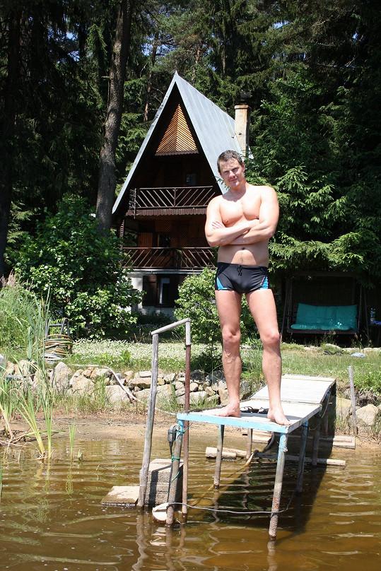 Část léta herec pravidelně tráví s přítelkyní na své chatě.