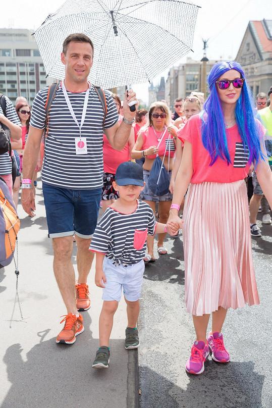 Na růžový pochod Petra Vraspírová vyrazila s partnerem Romanem Vojtkem a jeho synem Benediktem.