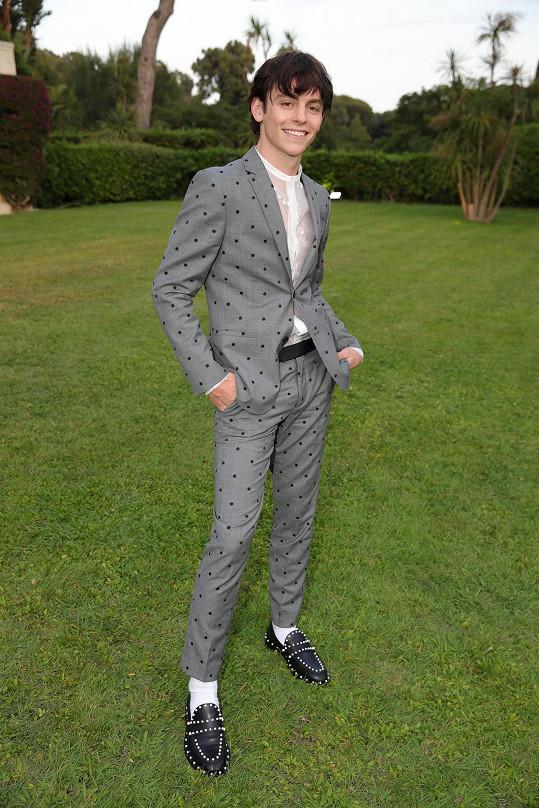 Hlavní kolekce Giambattista Valli x H&M včetně obleku, který předvedl zpěvák Ross Lynch, bude pak uvedena po celém světě na podzim.