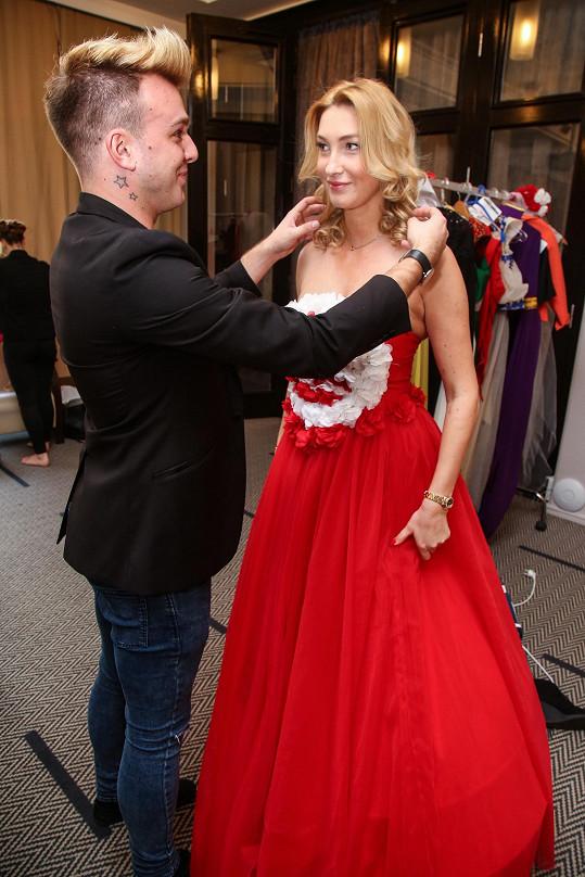 Modelce upravoval vlasy kadeřník Tomáš Kislinger, který se účastní i jejího projektu Poleť s Dominikou Mesarošovou k moři.