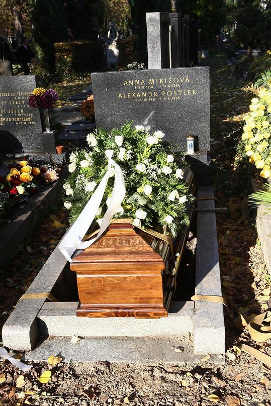 Rodina se později přesunula na Vinohradský hřbitov, kde byl Zdeněk Hrášek uložen do rodinné hrobky.