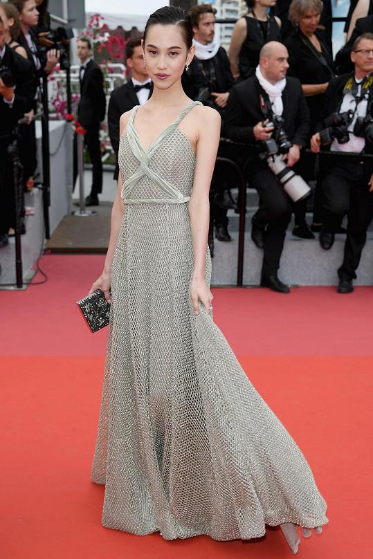 Je logické, že Kiko Mizuhara, ambasadorka parfémů Dior pro Asii, oblékla na filmový festival právě věhlasný francouzský módní dům.