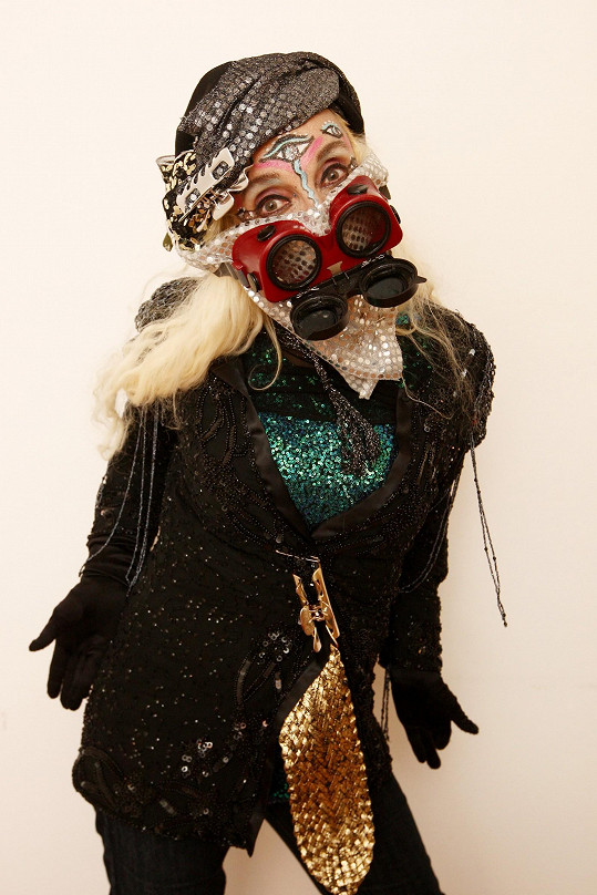 Jana Kratochvílová se oblékla do tohoto podivného modelu.