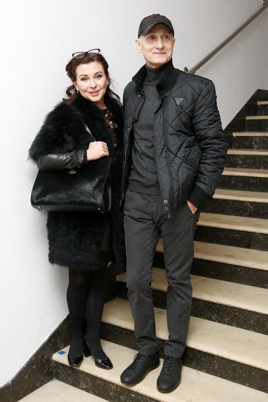 Dana Morávková dorazila do divadla s kamarádem Josefem Cardou.