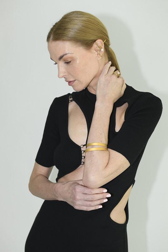 Fotila se i nová kolekce šperků, které Pavlína navrhla.