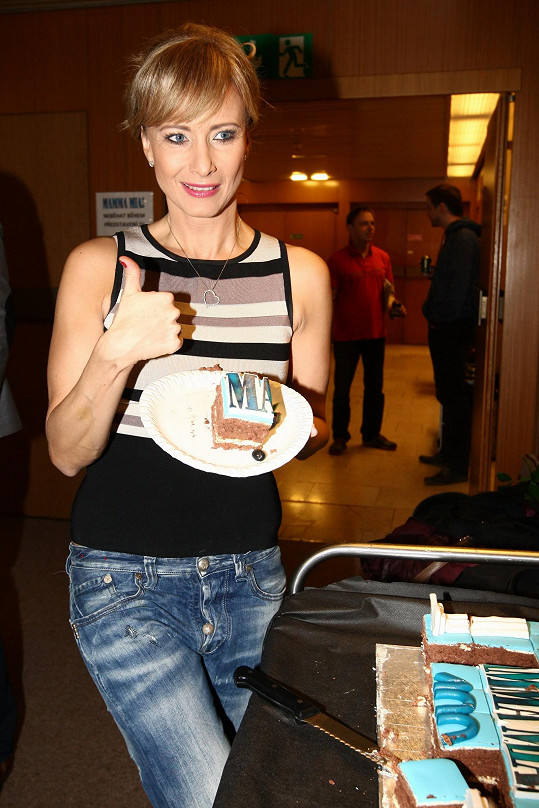Herečka ráda pózuje s jídlem.