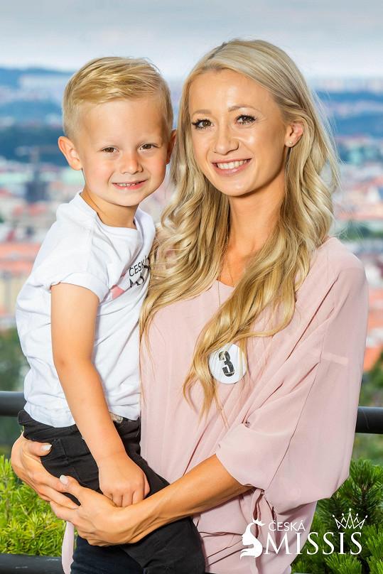 Adéla Linhart má roztomilého blonďáčka.