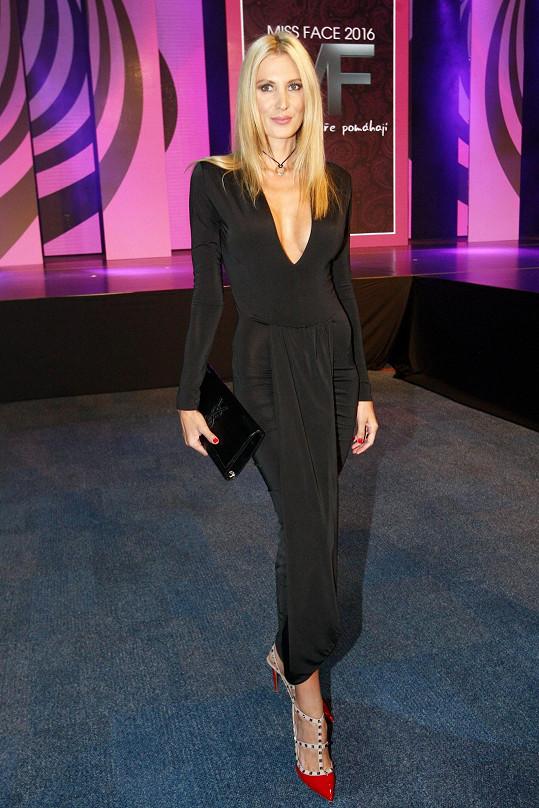 Kdo jiný by si mohl dovolit obléknout takto elastický model od Sama Dolceho než majitelka dokonalé figury Kateřina Průšová? Jelikož bývalá královna krásy zvolila jemné šperky Cartier a černou kabelku Saint Laurent, mohla se odvázat při volbě obutí od Valentina.