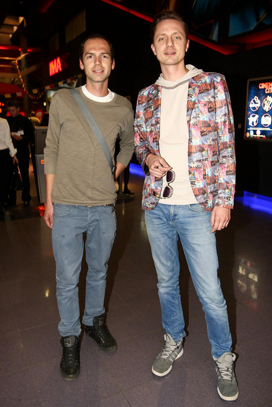Ondřej Ruml nechal exotickou manželku doma a vyrazil do kina s mladším bratrem (vlevo).
