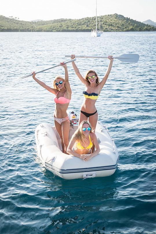 Dívky nebrázdily jen moře na jachtě.