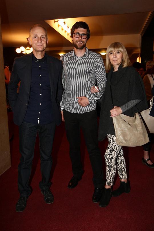 Josef Carda vyrazil s manželkou a synem Adamem do divadla.