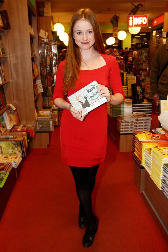 Marie Doležalová vypadala v červených šatech roztomile.