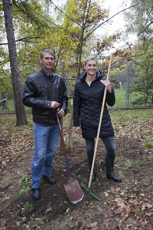 Barbora i Jan symbolicky vysadili v trojské botanické zahradě jasany.