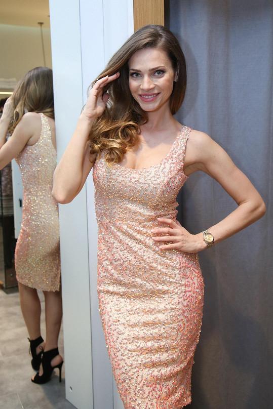 Modelka si hned vyzkoušela nové šaty, které využije na moderování.
