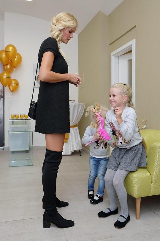 Lucie má dcery s hokejistou Jaroslavem Bednářem.