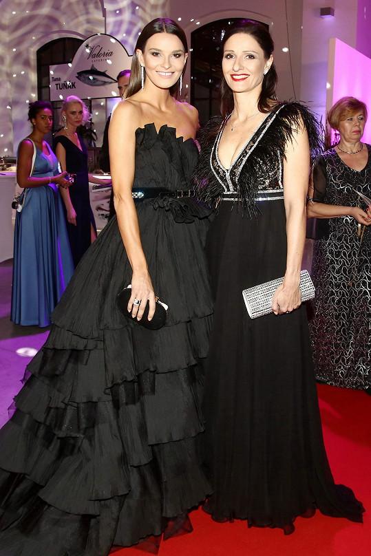 Nikol Švantnerová s maminkou Danou obě oblékly šaty ze salonu Poner.