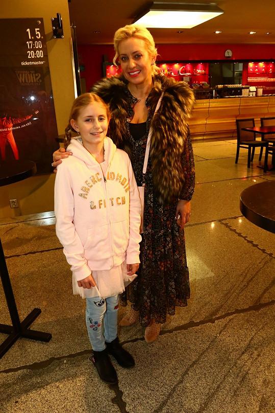 Emily Janečková s maminkou Terezou Mátlovou na představování The Greatest Show