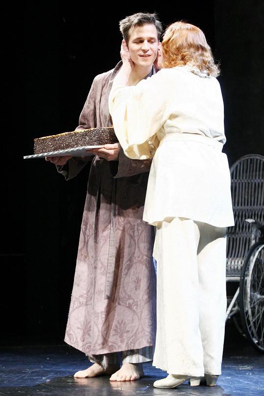 Herečka se s pohledným kolegou potkává na jevišti v několika hrách.