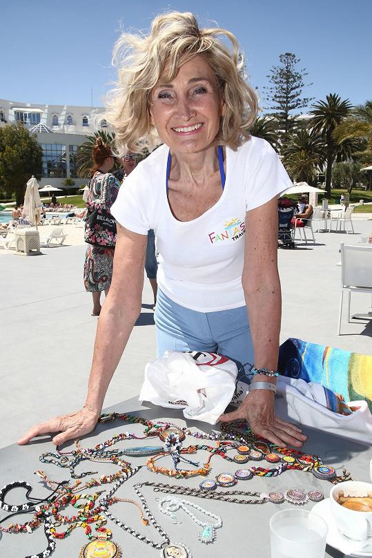 Zuzana s náramky, které pro finalisty vytvořila.