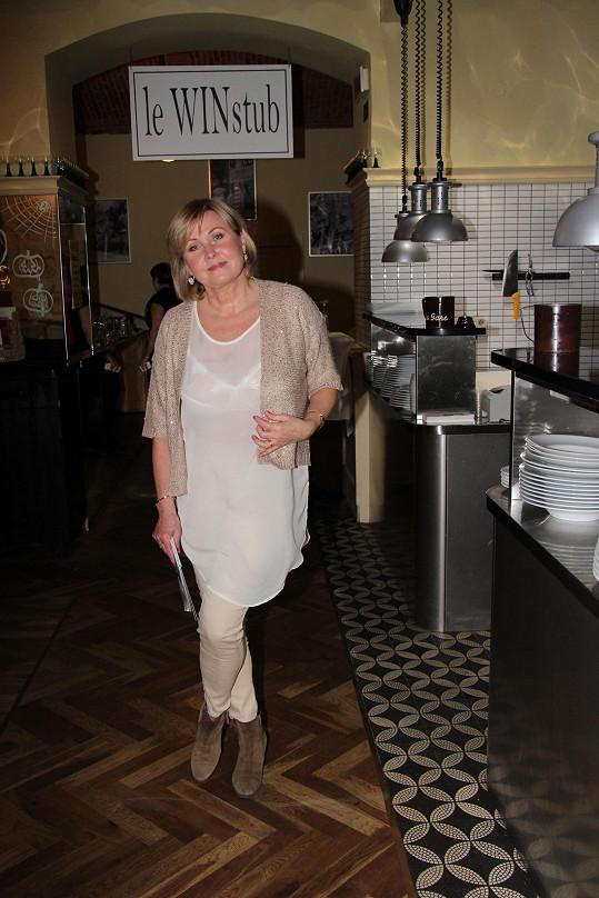 Hana Švejnohová měla šťastnou ruku při výběru barev. Bílá, krémová, písková v kombinaci se zlatými doplňky zejména na ní působí velmi příjemně. Jedinou vadou na kráse je tunika, pod kterou prosvítá spodní prádlo.