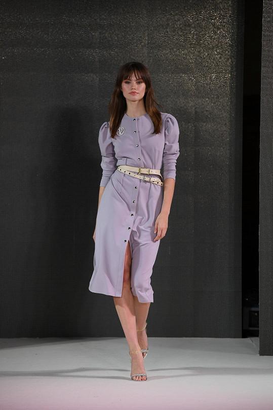 Modelka Kateřina Zálišová v modelu dua Poner, které navrhuje také luxusní pásky.
