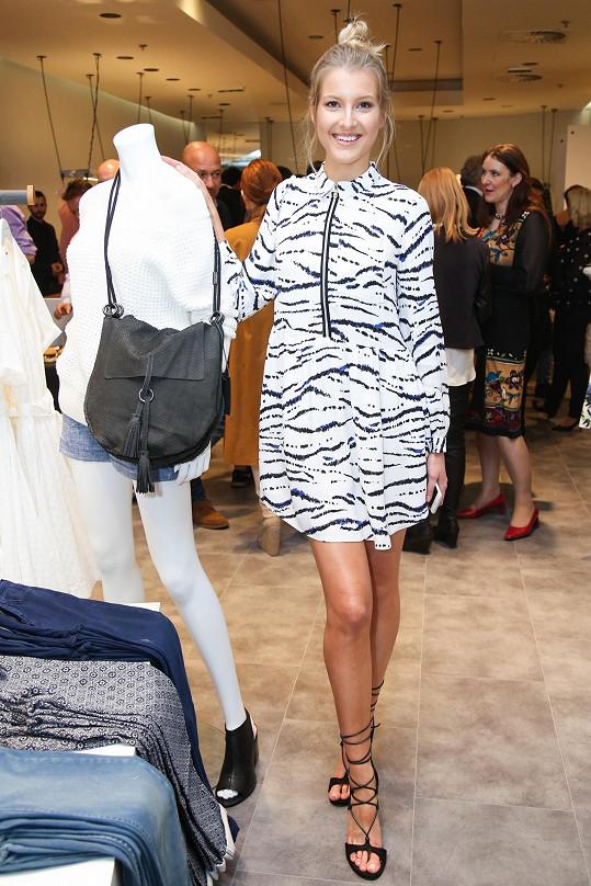 Tyto šaty si měla možnost Česká Miss 2011 vybrat už z katalogu nového butiku na Chodově. V reálu ji prý bavily ještě víc.
