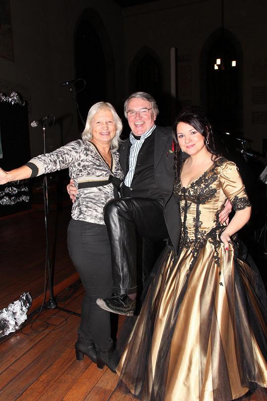 Taneční mistr nemá nouzi o obdivovatelky, ani když natáhne kožené kalhoty. Na této fotce pózuje s Magdou Malou a s MUDr. Ivanou Němečkovou.