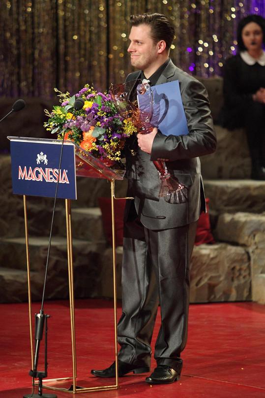 Ze SuperStar to dotáhl daleko. Tomáš Savka přebírá cenu za nejlepší mužský herecký výkon v kategorii opereta, muzikál a jiný hudebně-dramatický žánr.