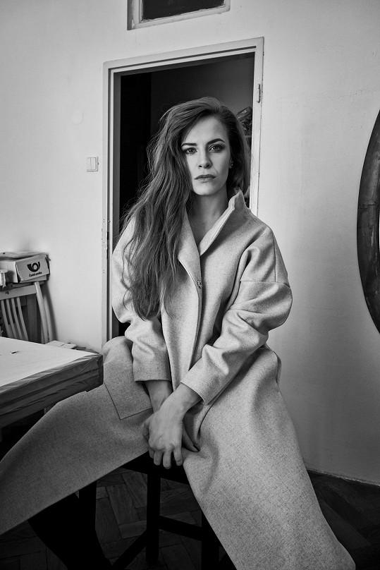 Kabáty Josefíny má herečka i ve svém šatníku...