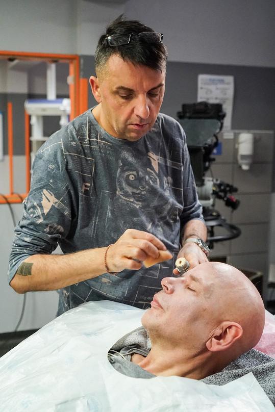 Herec přetrpěl natáčení v bolestech, kvůli skříplému nervu pod lopatkou.