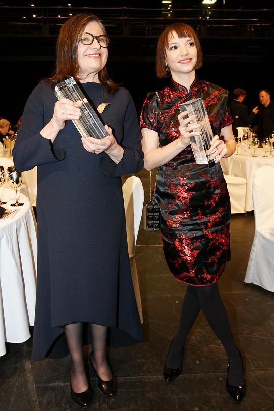 Společně si s cenami zapózovala se slovenskou herečkou Zuzanou Kronerovou.