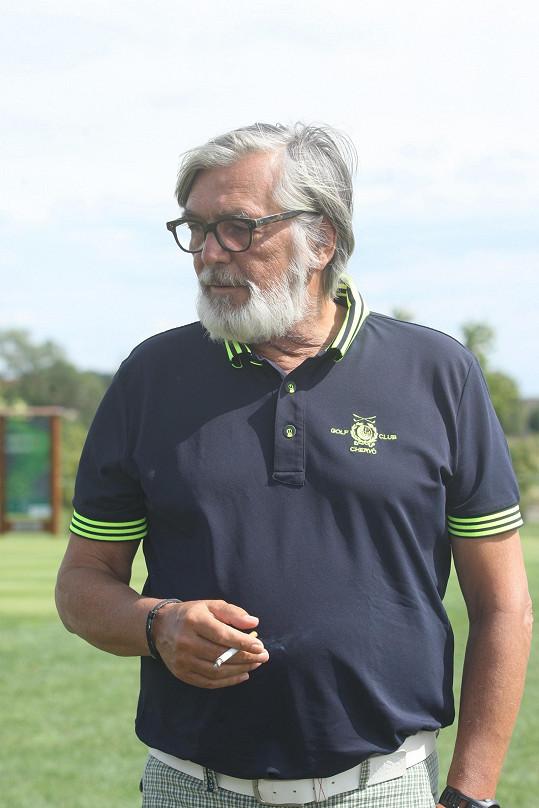 Jiří Bartoška nedal cigaretu z ruky.