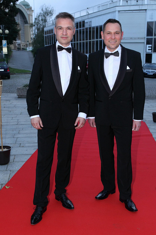 Takhle to má vypadat: Pavel Vítek a Janis Sidovský měli dokonale padnoucí smokingy.
