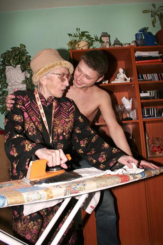 Anna Vejvodová před natáčením Jarkovi Šimkovi vyžehlila košili.