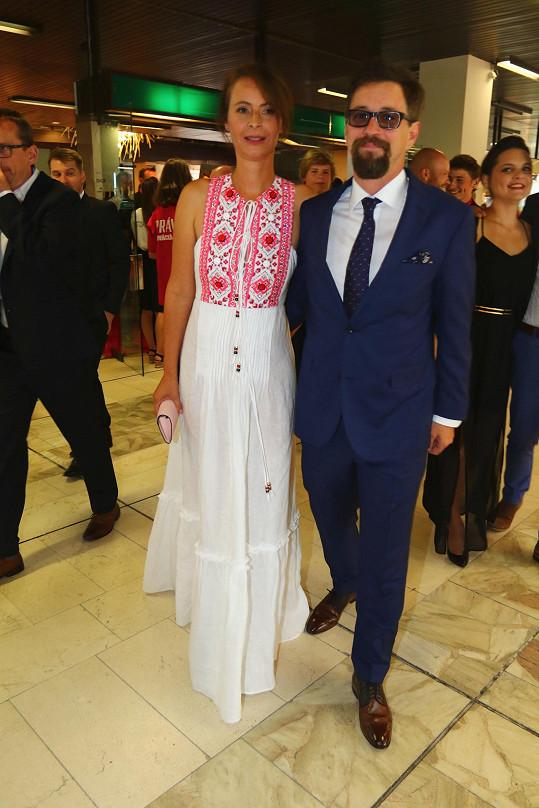 Lenka s Honzou se hodili do gala na premiéru filmu Chvilky.