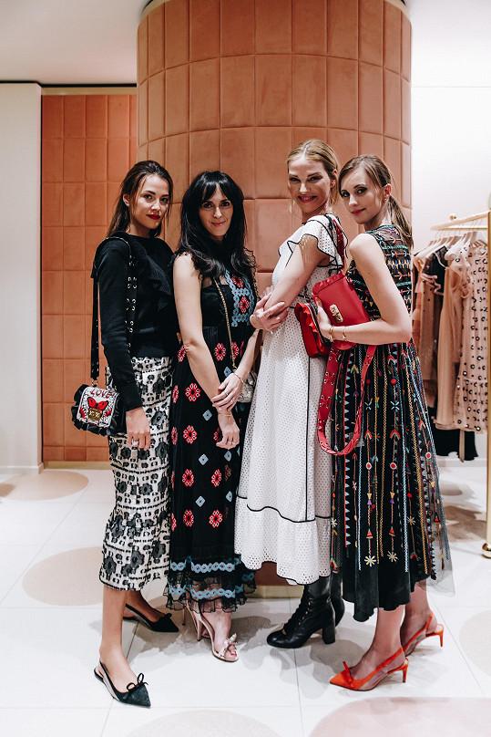 Katka na otevření butiku s módní expertkou Lucií Janotovou, kolegyní Pavlínou Němcovou a blogerkou Bárou Ondráčkovou.