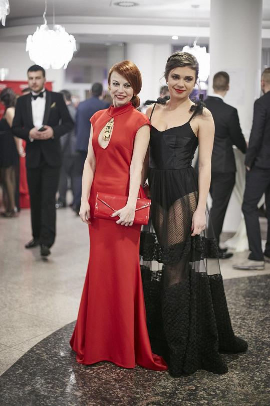 Šaty víc odhalovaly, než skrývaly. Denisa na snímku s herečkou Bárou Fišerovou.