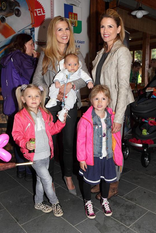 Doprovodila ji i její sestra Kristýna s dcerou Viktorkou.