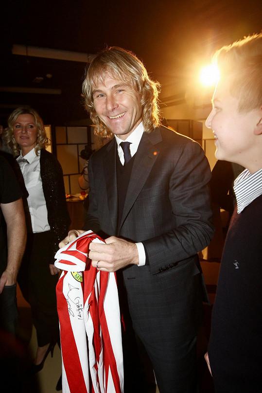 Pro fotbalistu v muzeu připravili dres, který si nakonec oblékl jeho syn.