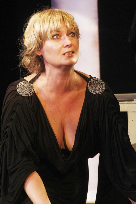 V představení Caligula hraje se Zuzanou Slavíkovou.