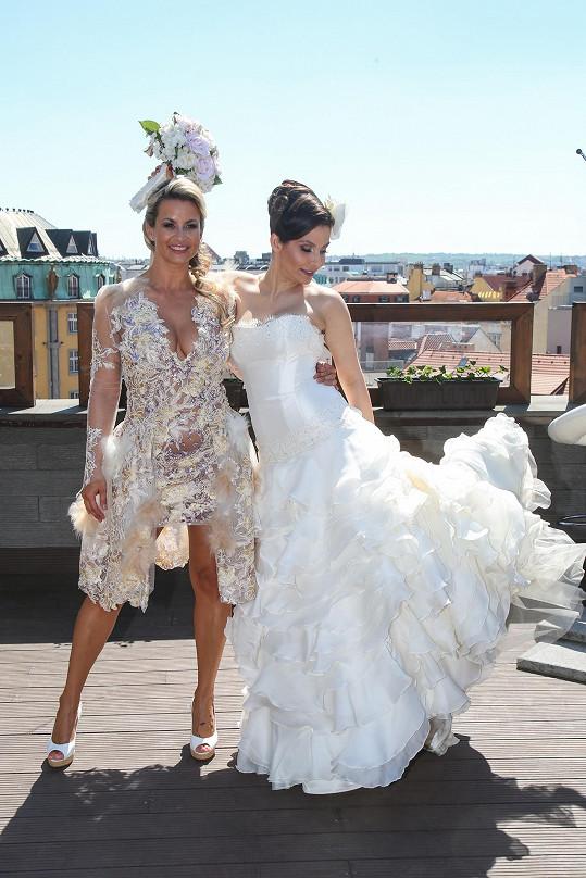 Eva Decastelo si vyzkoušela Moničiny svatební šaty, které půjdou do charitativní dražby.