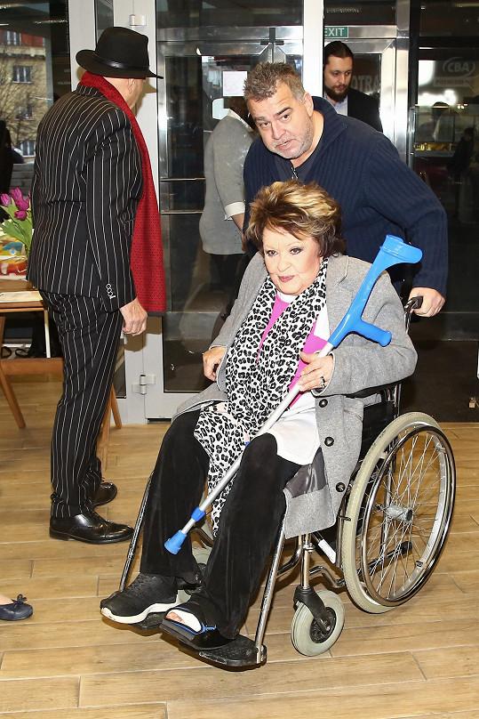 Do galerie České televize ji museli dovézt na vozíku.